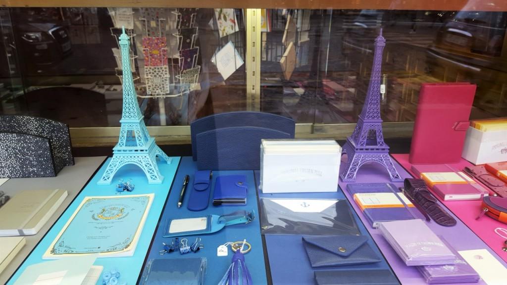 wieża eiffla zakupy w paryżu 111