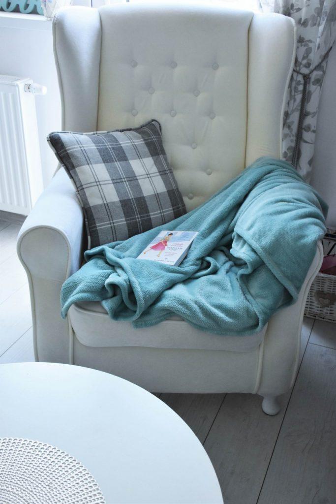 angielski-fotel-uszak-bialy-blog-wnetrzarski-ania-zajac-fashionable24