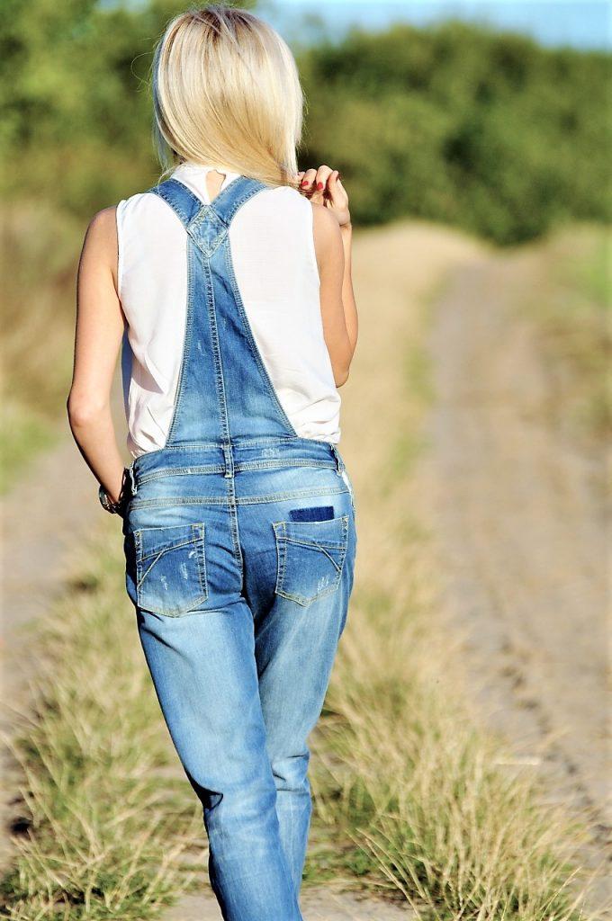 biała koszula bez rękawów promod ogrodniczki jeansowe stylizacje