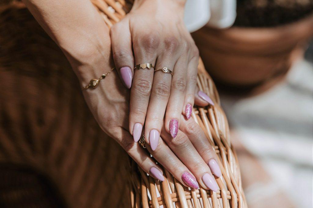 ioletowy hybrydowy manicure semilac